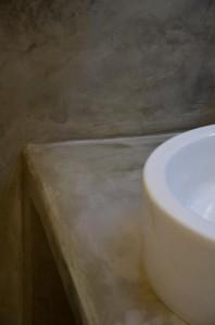 cemento sui muri in bagno